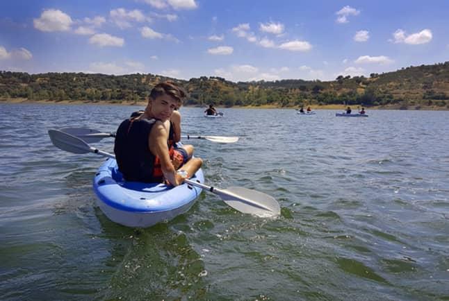 En kayak, campamento de verano 2019